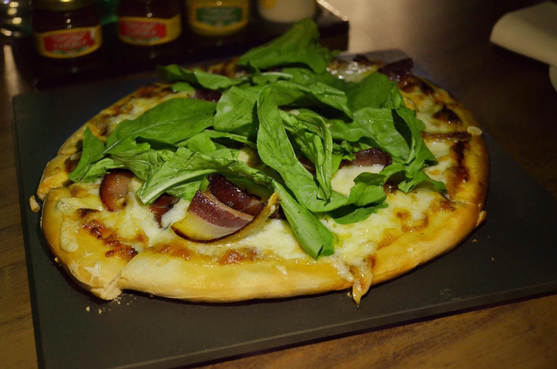 Une pizza au fromage à raclettes